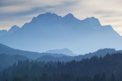 Catena montuosa di Karwendel in nebbia di crepuscolo Immagine Stock Libera da Diritti