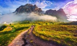 Catena montuosa di Tofane alla mattina nebbiosa soleggiata Vista da Falzareg Immagini Stock Libere da Diritti