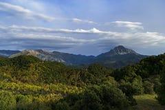 Catena montuosa di Tzoumerka ed il suo bacino, con i colori di autunno alla luce di sera fotografie stock