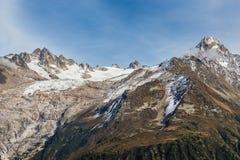 Catena montuosa durante il giorno di estate - Francia delle alpi Fotografie Stock