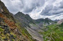 Catena montuosa e valle superiore qui sotto Fotografie Stock