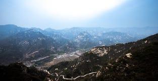 Catena montuosa e villaggio Immagine Stock