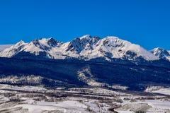 Catena montuosa innevata di Colorado Rockies nell'inverno immagini stock libere da diritti