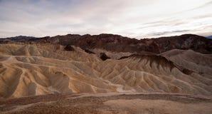 Catena montuosa leggera drammatica Death Valley di Amargosa dei calanchi immagine stock