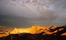 Catena montuosa leggera drammatica Death Valley Zab di Amargosa dei calanchi fotografia stock libera da diritti