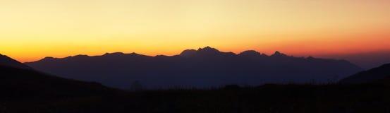 Catena montuosa prima di alba Fotografia Stock