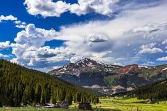 Catena montuosa ricoperta neve in Colorado centrale Immagini Stock