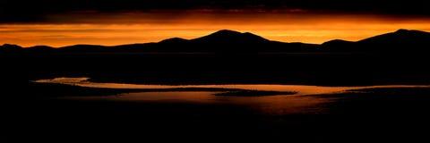 Catena montuosa sbalorditiva e spiaggia del paesaggio di panorama a vibrante immagine stock