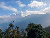 Catena montuosa sui precedenti del cielo Fotografie Stock