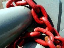 Catena rossa pesante ed assorbitore grigio dello shick del tubo fotografie stock