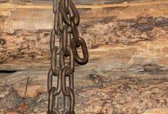 Catena su fondo di legno fotografia stock libera da diritti