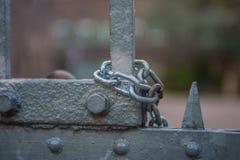 Catena sul portone alla fortificazione abbandonata fotografie stock libere da diritti