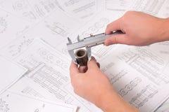Catena tecnica del disegno, del calibro e del rullo di azionamento Ingegneria, tecnologia e lavorazione dei metalli Misura del ca Fotografie Stock