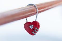 Catenaccio rosso del cuore del biglietto di S. Valentino Immagini Stock