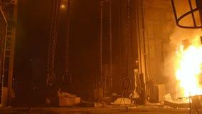 Catene di sollevamento pesanti dal furnance di scoppio in una pianta metallurgica stock footage