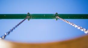 Catene e barra di sostegno dell'oscillazione del campo da giuoco Fotografie Stock