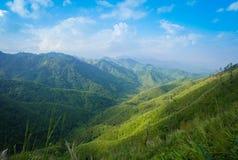 Catene montuose, denti cilindrici con cielo blu Fotografia Stock Libera da Diritti