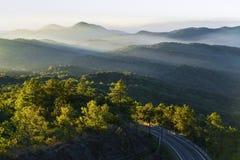 Catene montuose ed alba, parco nazionale di Doi Inthanon, Chiang Immagine Stock