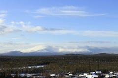 Catene montuose protette in nuvole nella neve Immagini Stock Libere da Diritti