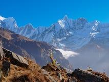 Catene montuose sui precedenti del cielo in Himalaya Immagini Stock
