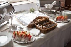 catering Ένα καλάθι ψωμιού με τα μαχαιροπήρουνα και πρόχειρα φαγητά για τα κόμματα κοκτέιλ Στοκ εικόνες με δικαίωμα ελεύθερης χρήσης