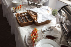 catering Ένα καλάθι ψωμιού με τα μαχαιροπήρουνα και πρόχειρα φαγητά για τα κόμματα κοκτέιλ Στοκ εικόνα με δικαίωμα ελεύθερης χρήσης