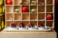 catering Εύγευστα επιδόρπια στα όμορφα ξύλινα ράφια στοκ φωτογραφία