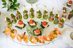 catering Οφσάιτ τρόφιμα Πίνακας μπουφέδων με τα διάφορα καναπεδάκια, τα σάντουιτς, τα χάμπουργκερ και τα πρόχειρα φαγητά στοκ εικόνα