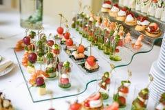 catering Av-plats mat Knuffa omkring tabellen med olika canapes, sm?rg?sar, hamburgare och mellanm?l royaltyfria bilder