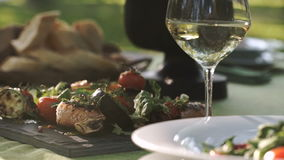 catering De kelner diende de lijst voor een heerlijk diner stock footage
