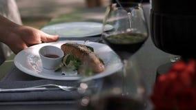 catering De kelner diende de lijst voor een heerlijk diner stock videobeelden