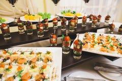 Catering dla przyjęcia Zamyka up kanapki, zakąski i owoc, Obraz Stock