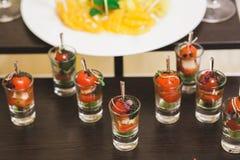 Catering dla przyjęcia Zamyka up kanapki, zakąski i owoc, Obrazy Stock