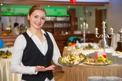 Catering kelnerka z tacą zakąski lub Zdjęcia Royalty Free