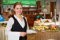 Catering kelnerka z tacą zakąski lub Zdjęcie Stock