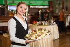 Catering kelnerka z tacą zakąski lub Zdjęcia Stock