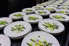 catering Många samma disk på den samma tabellen under matställe arkivfoton
