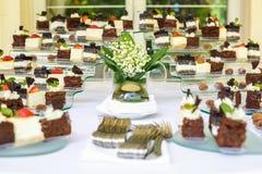 catering Miejsca jedzenie Bufeta stół z różnorodnymi słodkiej czekolady canapes, kanapkami i przekąskami z curd, truskawki, ser obrazy stock
