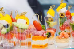 catering mini- mellanmål för grönsak för canapesköttfisk arkivbild