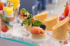 catering mini- mellanmål för grönsak för canapesköttfisk royaltyfria foton