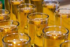 Catering usługa Świętowanie szkła z alkoholem umieszczającym na szkle Obraz Royalty Free