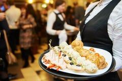 Catering usługa kelnerka na obowiązku Obraz Royalty Free