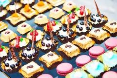 Catering usługa tło z słodkimi przekąskami fotografia stock