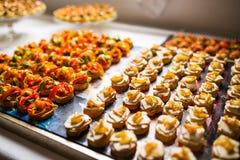 Cateringsspecialiteiten voor een gebeurtenis worden geschikt die stock afbeelding