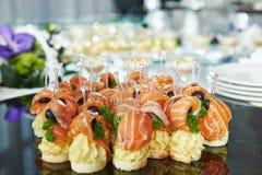 Cateringtabelle mit Lebensmittelsatz Stockbilder
