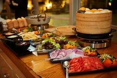 Cateringu jedzenie, sałatki, pokrojeni warzywa obrazy royalty free