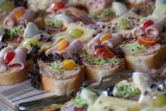 Cateringu jedzenie - smakowite kanapki obraz royalty free
