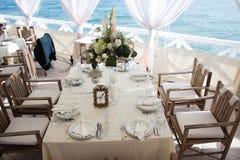 Cateringu stołu setu usługa z jedzeniem i napojem przy restauracją obraz royalty free