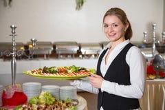 Cateringu usługowy pracownik pozuje z tacą dla buffett Zdjęcie Stock