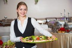 Cateringu usługowy pracownik pozuje z tacą dla buffett Fotografia Royalty Free